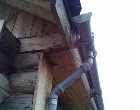 водосток с крыши из канализационных труб