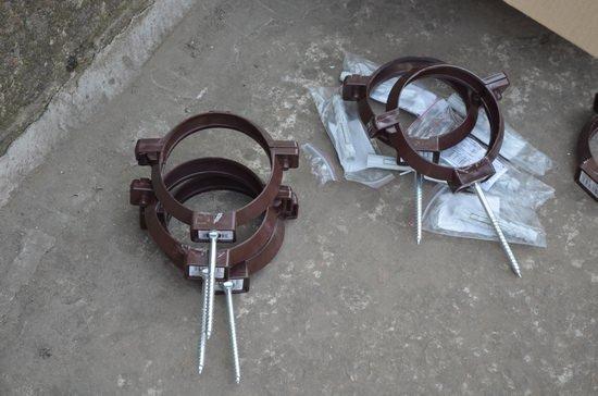 хомуты для фиксации водосточных труб