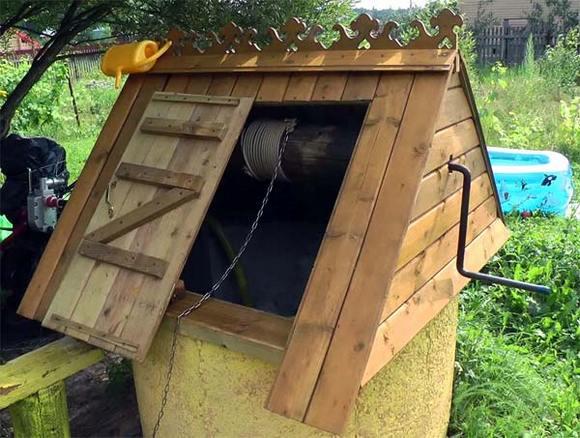 домик над колодцем